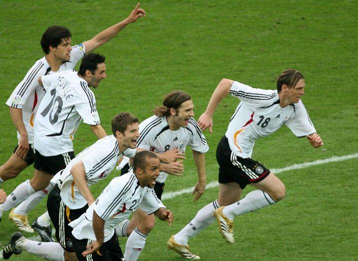 Jubelnde Nationalspieler nach dem Viertelfinalsieg gegen Argentinien in Berlin 2006