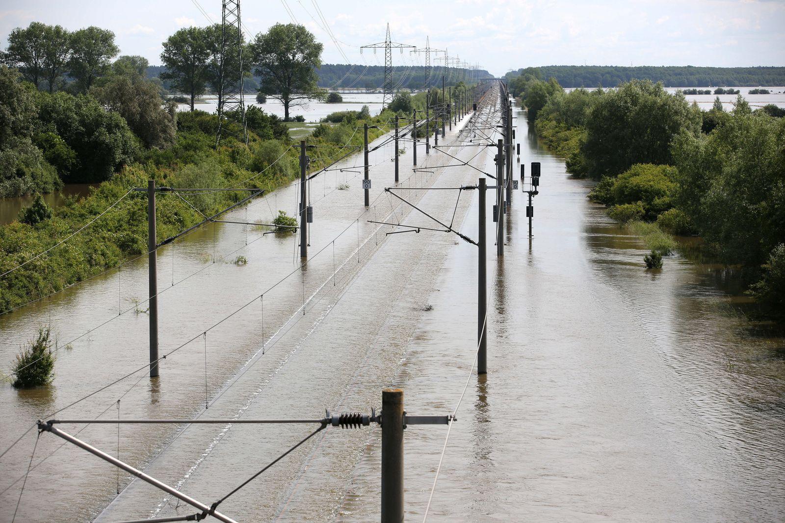 Hochwasser / Sachsen-Anhalt / Bahn