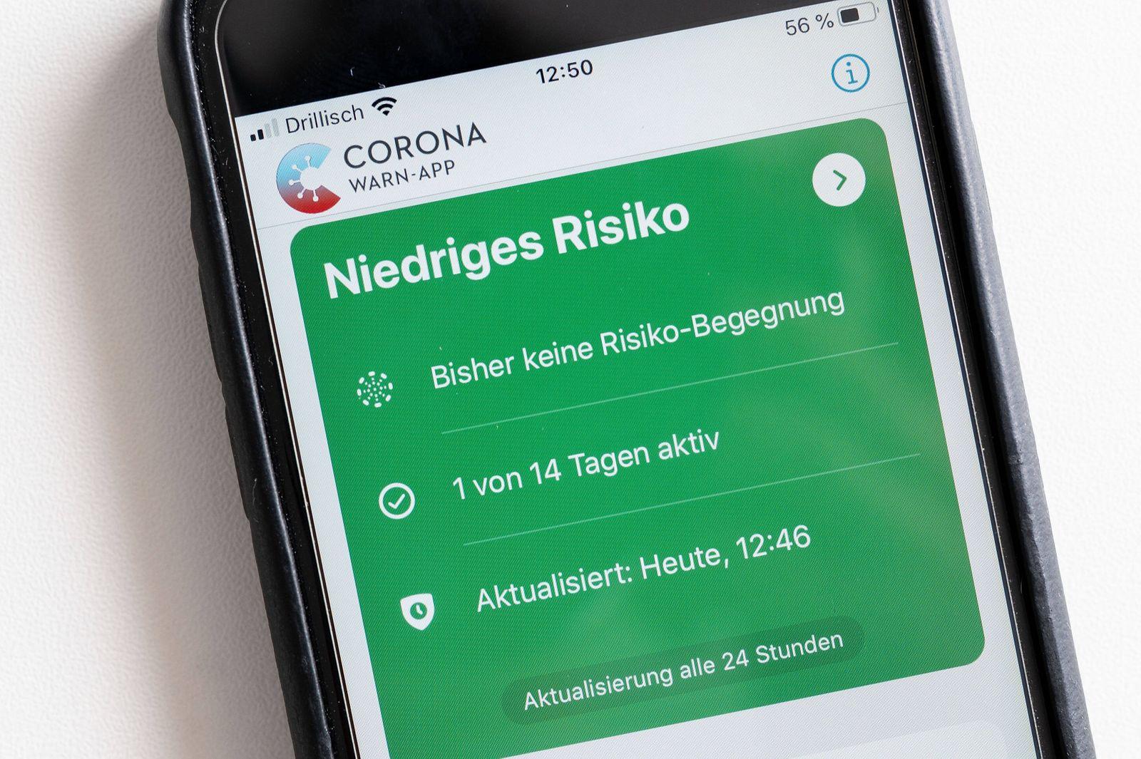 17.06.2020, xfux, Politik Medizin Vermischtes, Corona Warn App auf einem Apple iPhone, emwirt, empoli, emlahe, v.l. Die