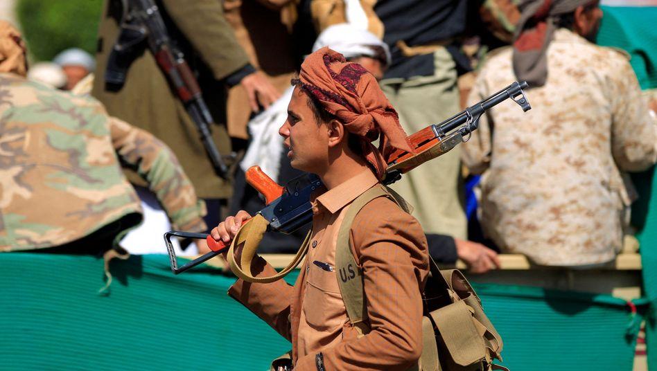 Ein Kämpfer der Huthi-Rebellen auf der Beerdigung eines Kameraden