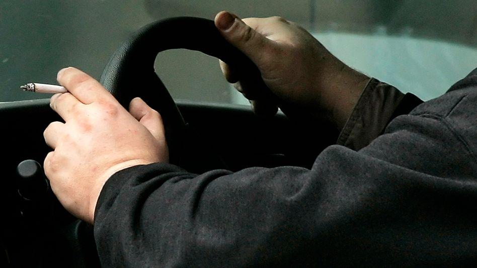 Ein rauchender Autofahrer