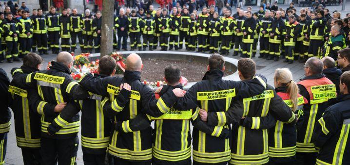 Trauernde Feuerwehrleute in Augsburg, 8.12.2019