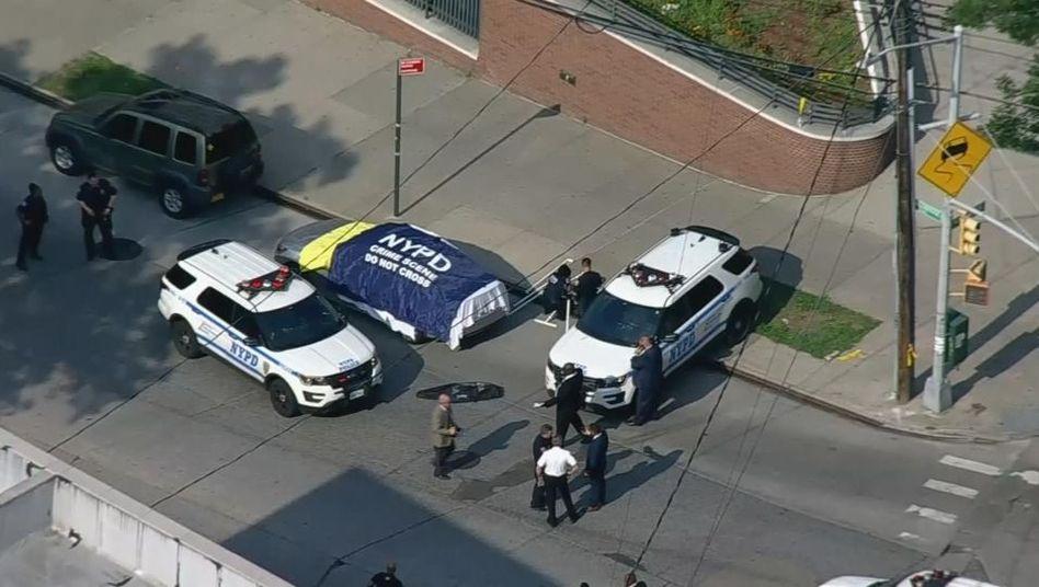 Polizisten sperren den Bereich um das Auto des 39-Jährigen in New York ab