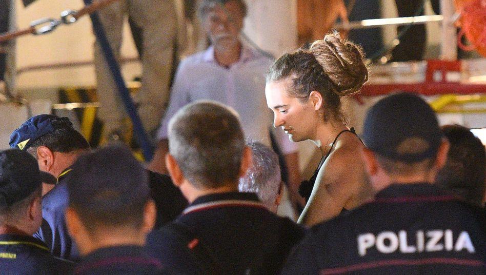 Kapitänin Carola Rackete wird nach dem Anlegen in Lampedusa von Polizisten abgeführt