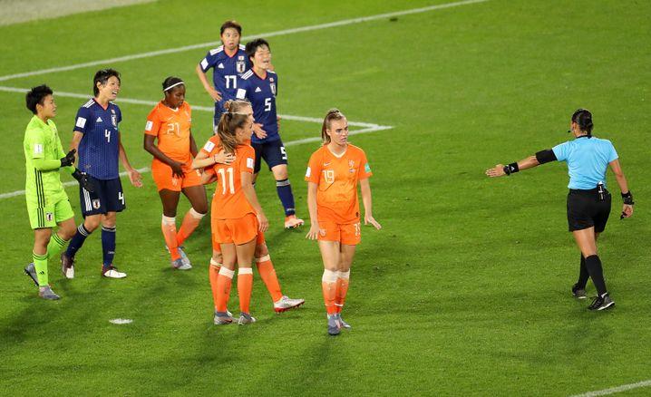 Eine Handelfmeter-Entscheidung sorgte im Spiel Niederlande gegen Japan für Aufregung