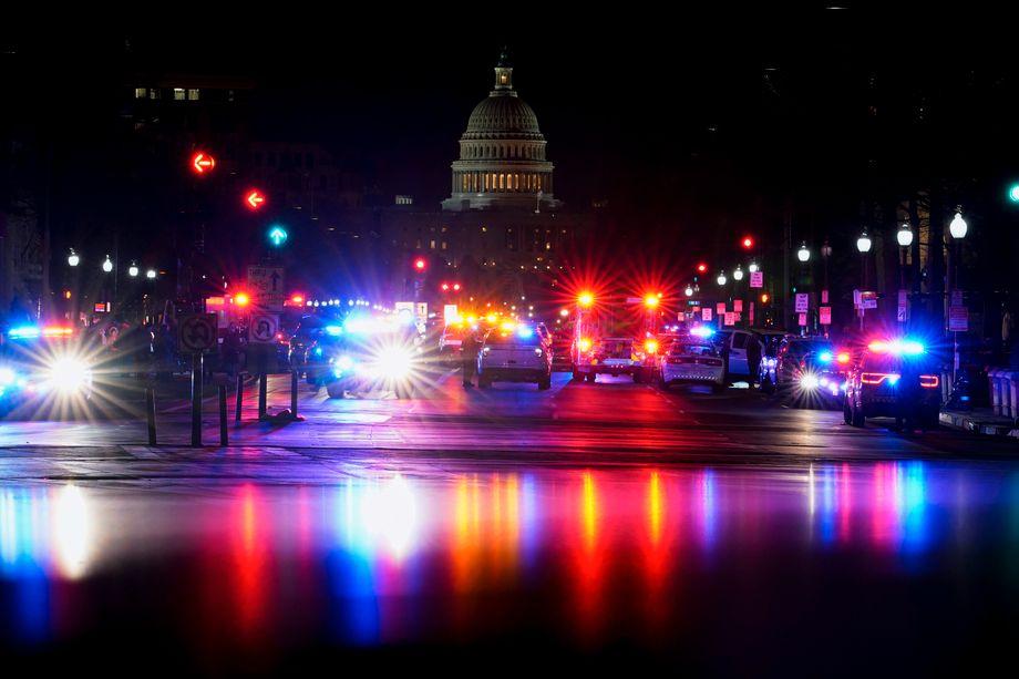Das Kapitol gehüllt in Blaulicht: Sicherheitskräfte haben die Lage offenbar wieder unter Kontrolle