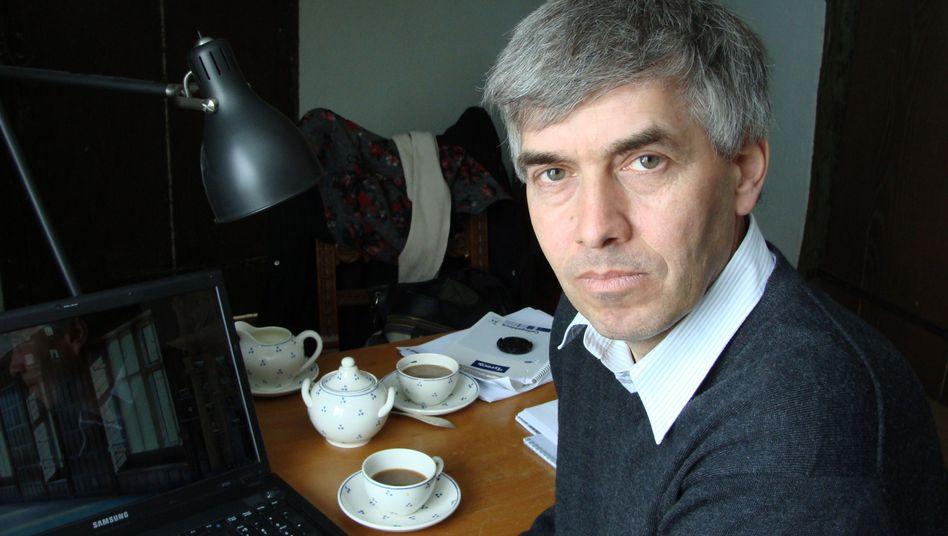 """Werner M. in seinem Arbeitszimmer: """"Das ist Rufmord"""""""
