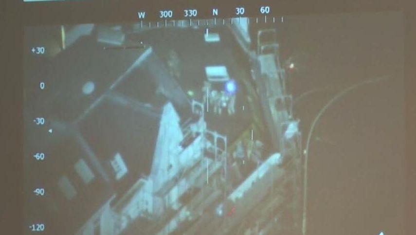 Die Polizei nimmt Verdächtige auf einem Dach im Schanzenviertel fest (Screenshot der Luftaufnahmen)