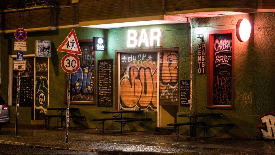 Geschlossene Bar in Berlin-Friedrichshain - wird es Privilegien für Geimpfte geben?