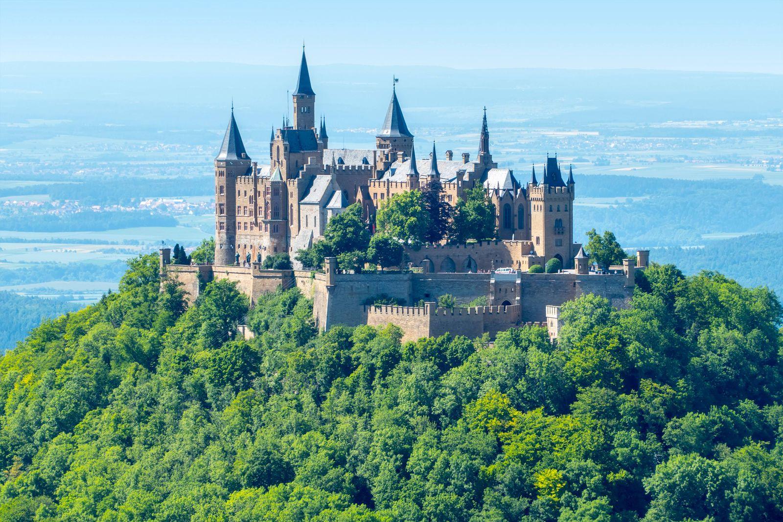 EINMALIGE VERWENDUNG Burg Hohenzollern bei Bisisngen in Baden Wuerttenberg Deutschland Baden Wuerttemberg Bisingen Cas