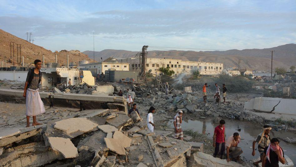 Einwohner in der zerstörten Stadt Mukalla