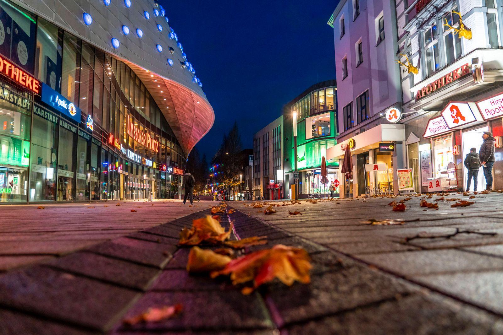 Weihnnachts Lockdown in der Corona Krise, leere Einkaufsstrasse, geschlossene Geschäfte, kaum Passanten, Limbecker Stras