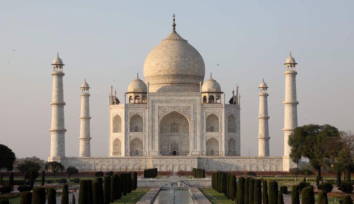 In den Taj Mahal dürften zunächst 5000 Touristen pro Tag, früher seien es laut Behördenangaben rund fünfmal so viele gewesen