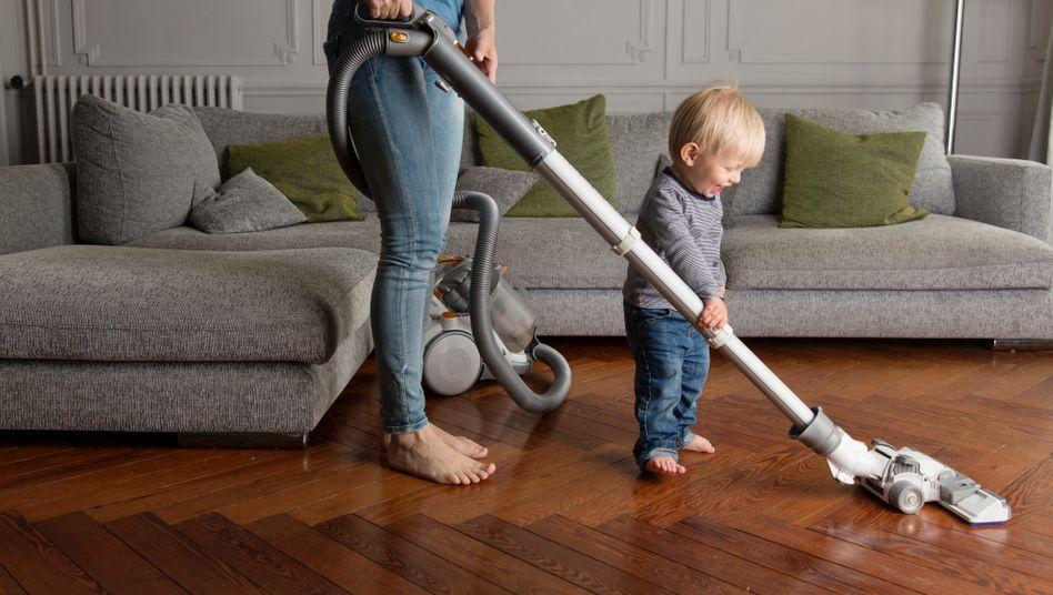 Es kostet Geduld und Nerven, ein Leben zu führen, in dem Vater und Mutter schön abwechselnd die Hausarbeit machen (Symbolfoto)