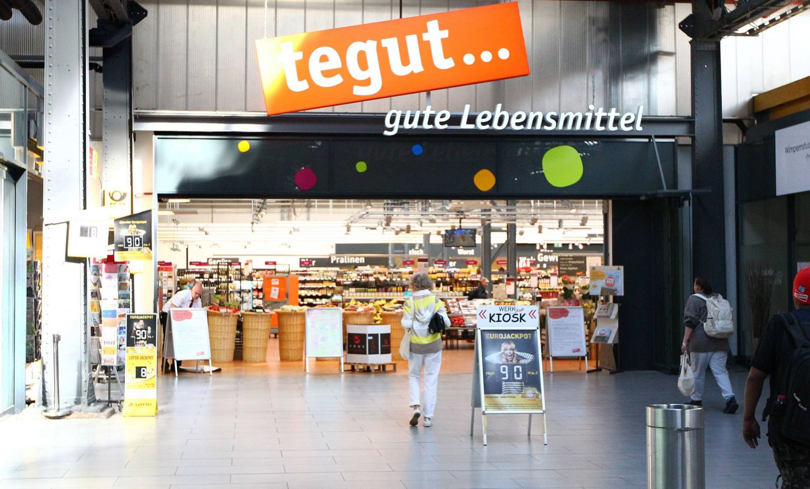 Hessen MaÔ¨ nahmen in der Coronakrise Ein wiedererÀ‹ffneter Lebensmittelladen der Kette tegut Lockerungen und MaÔ¨ nahm