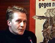 Der 33jährige Ingo Hasselbach war in Berlin Anfang der neunziger Jahre als militanter Neonaziführer aktiv, stieg aber aus der Szene aus, als er merkte, was er da sät. Seitdem wird er bedroht und steht unter Polizeischutz.