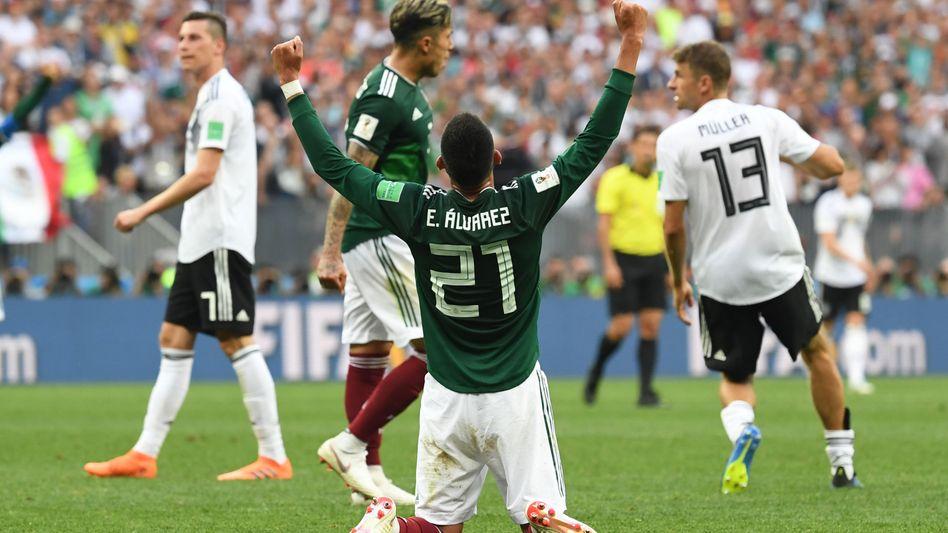 Mexikos Edson Alvares (M.) bejubelt den Sieg gegen Deutschland