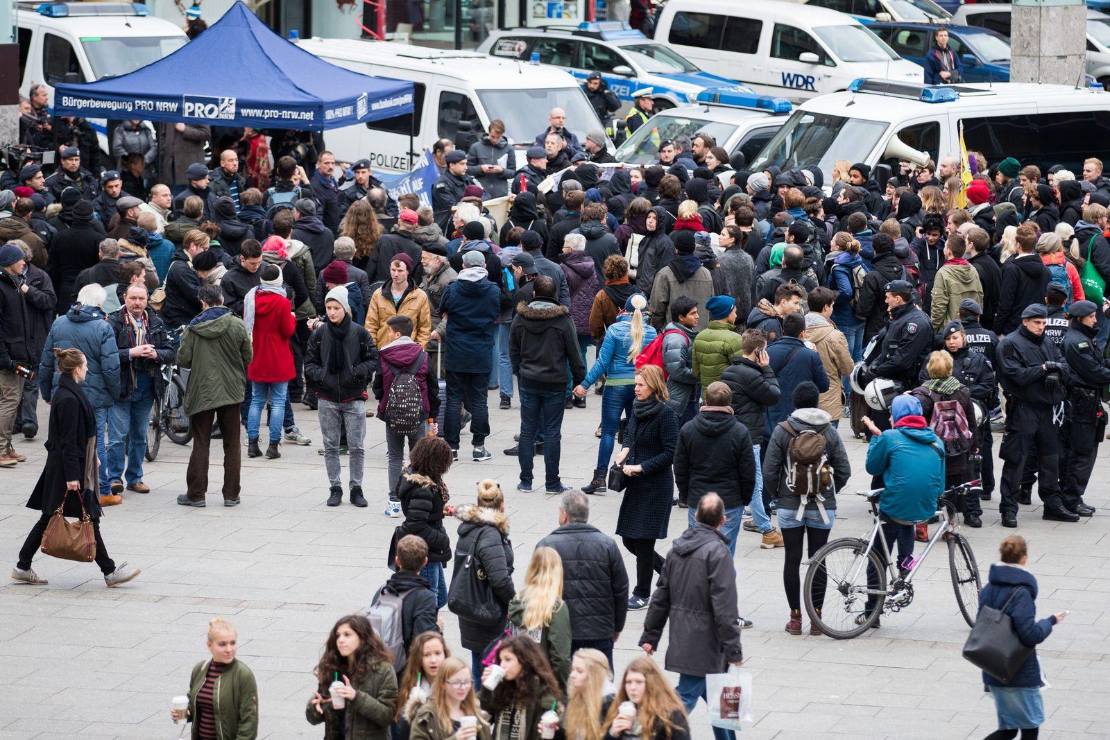Demonstration vor Kölner Hauptbahnhof