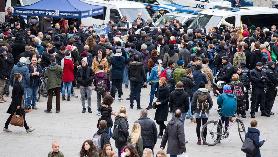 Demonstration vor dem Hauptbahnhof in Köln: Sorge vor Menschenansammlungen