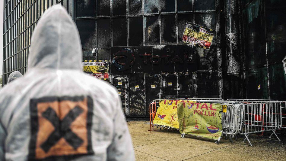 """""""Total verpestet"""": Attac-Aktivisten besprühten das Hochhaus des Ölkonzerns mit schwarzer Farbe"""