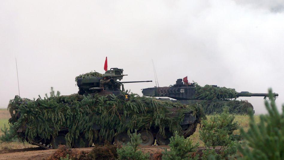 """Schützenpanzer """"Marder"""" (v.) und Kampfpanzer """"Leopard 2"""" bei einer Übung (Archiv): Bald soll ein neuer dazukommen"""