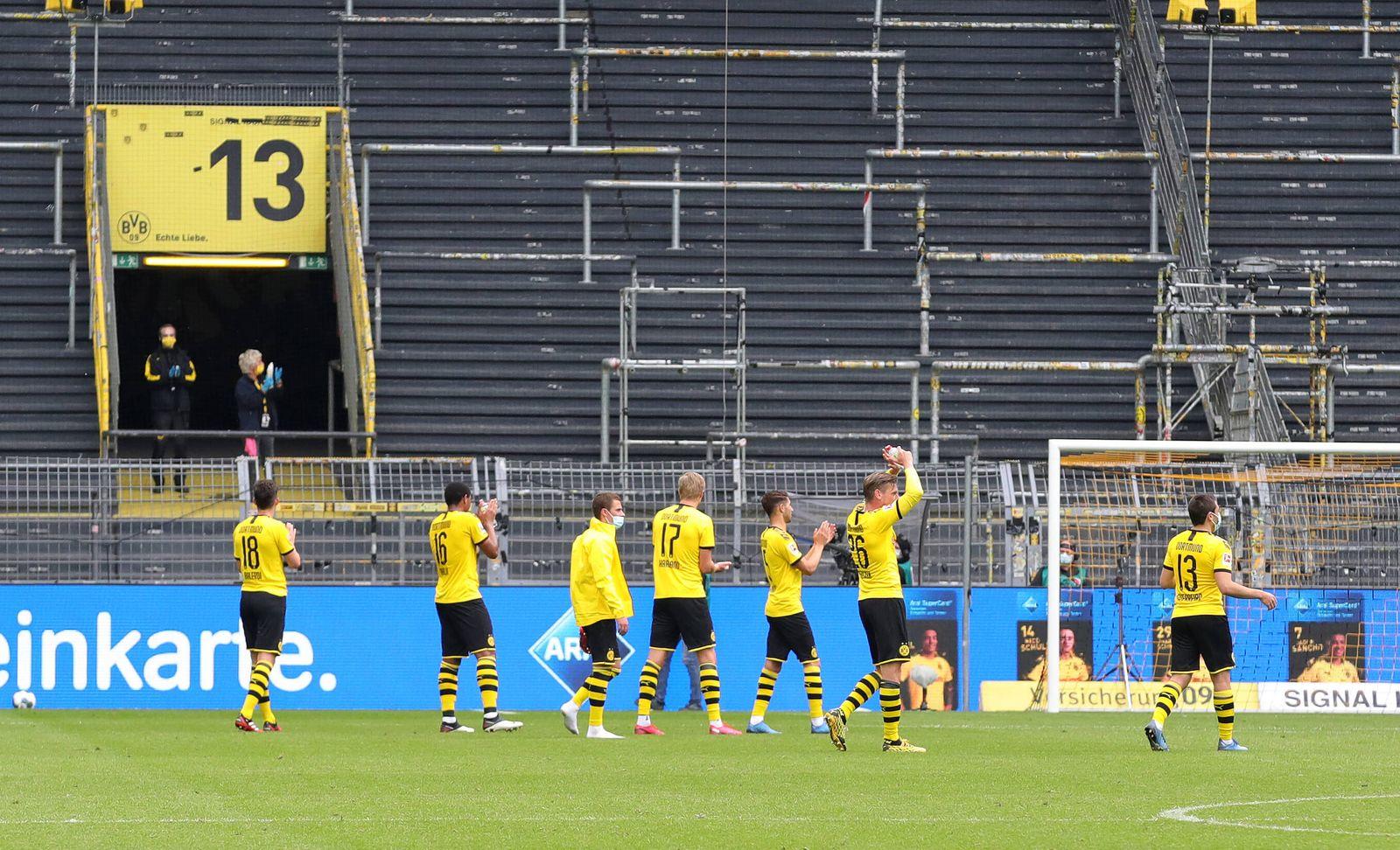 Borussia Dortmund - FC Schalke 04 Welle , Schlussjubel , la ola , laola , vor der leeren Südtribüne , Geisterspiel , le