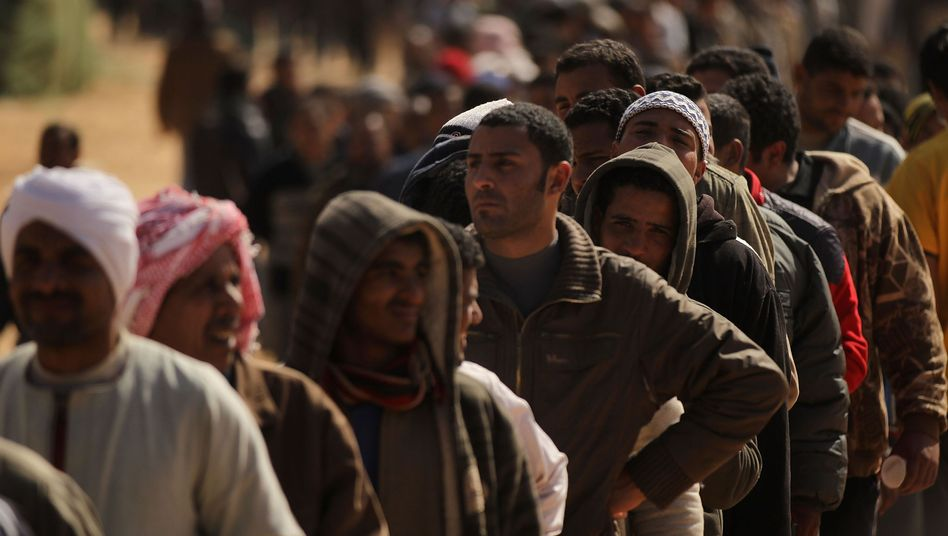 Flüchtlinge am Grenzübergang Ras al-Dschadir: Militärische Hilfe von außen?