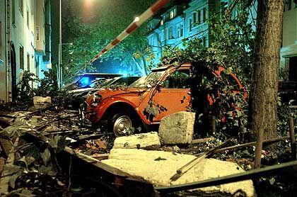 Beschädigtes Auto in der Duisburger Innenstadt