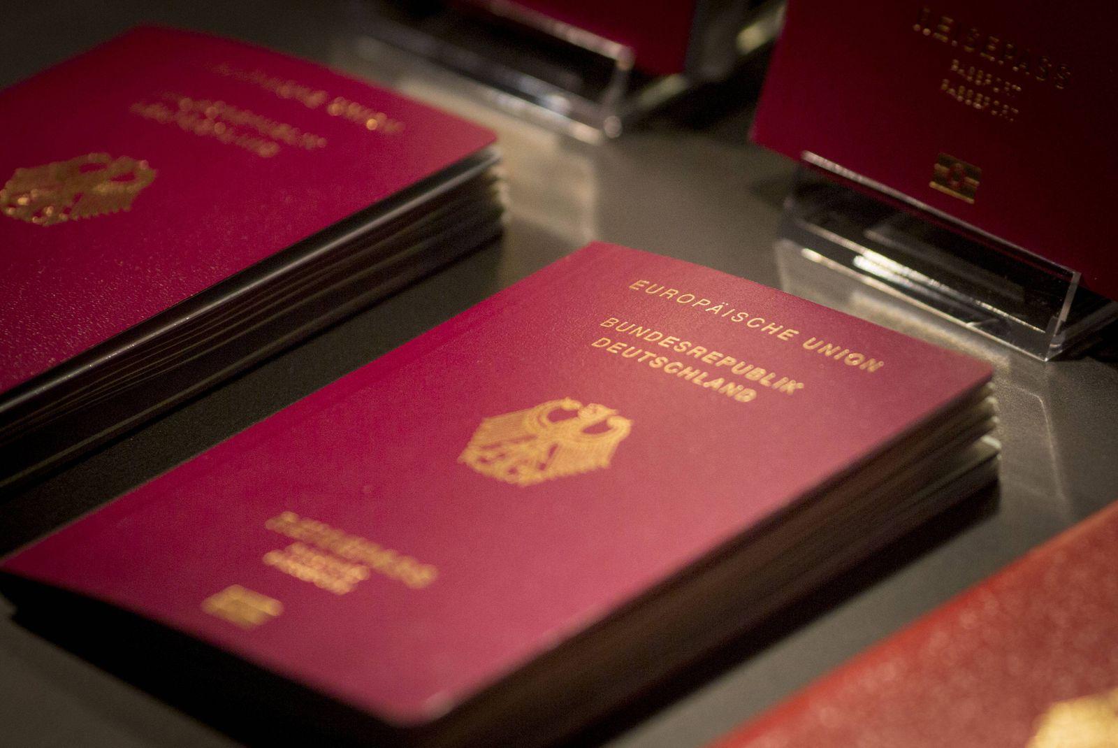Musterexemplare der neuen deutschen Reisepaesse werden im Bundesministeriums des Innern vorgestellt