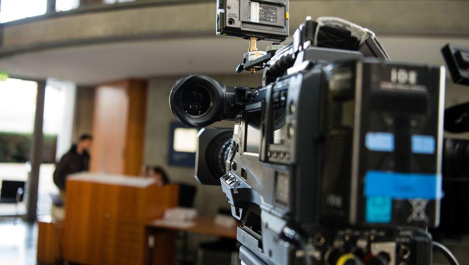 Fernsehkamera wartet während Zeugenbefragungen des Bundestags-Untersuchungsausschusses