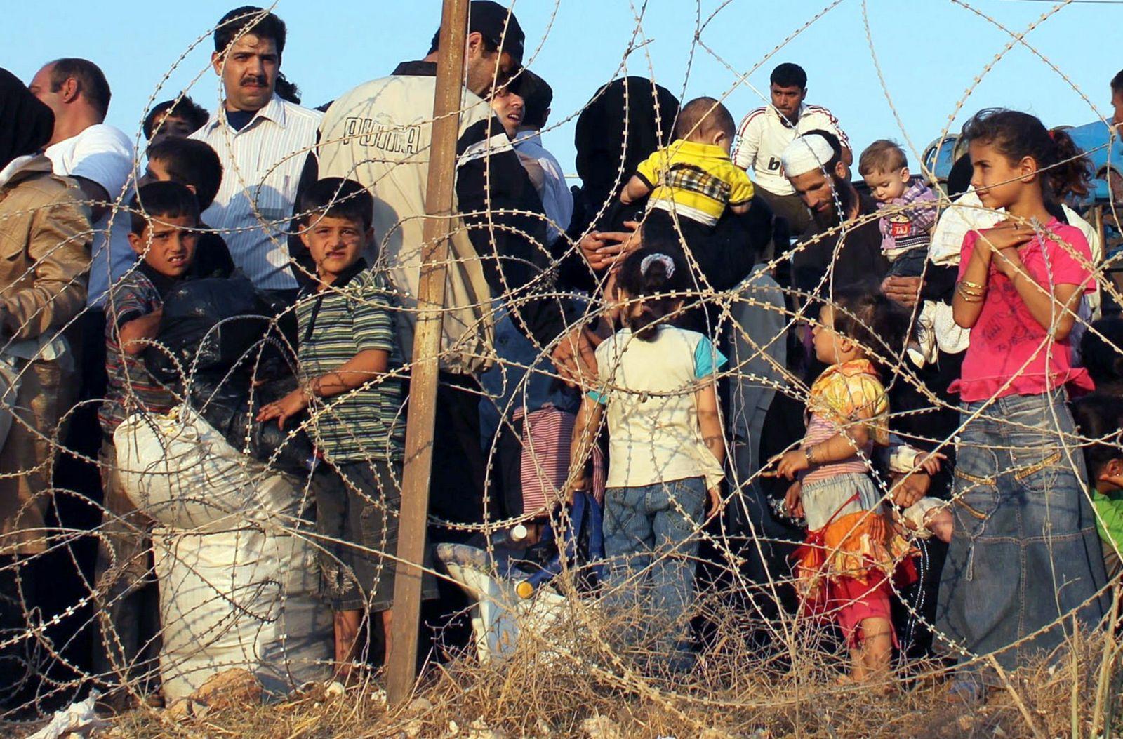 Syrian refugees flee to Turkey
