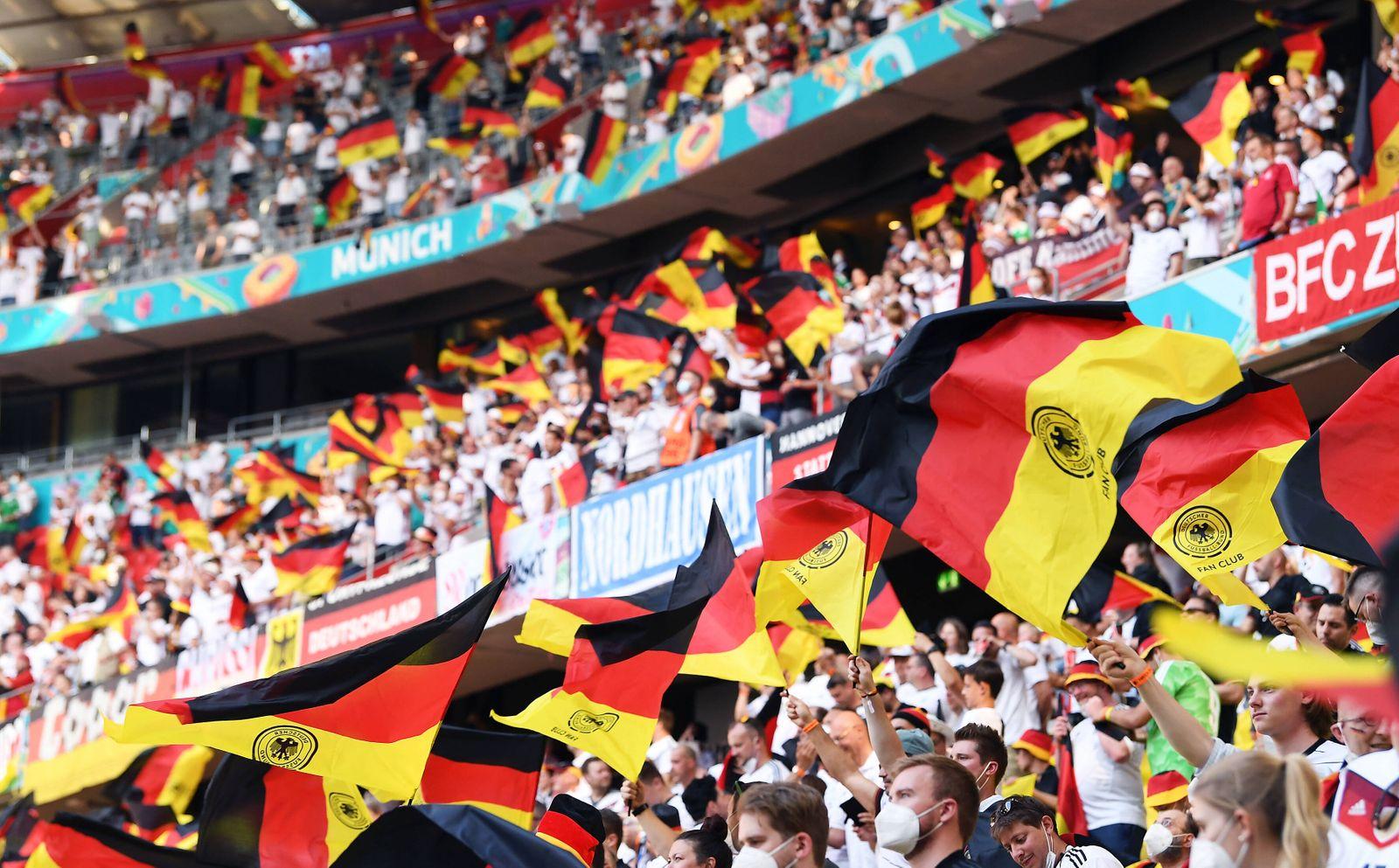 FUSSBALL Euro 2021 GRUPPE C Spiel 24 in Muenchen Portugal - Deutschland 19.06.2021 Deutschland Fans mit Fahnen auf der S