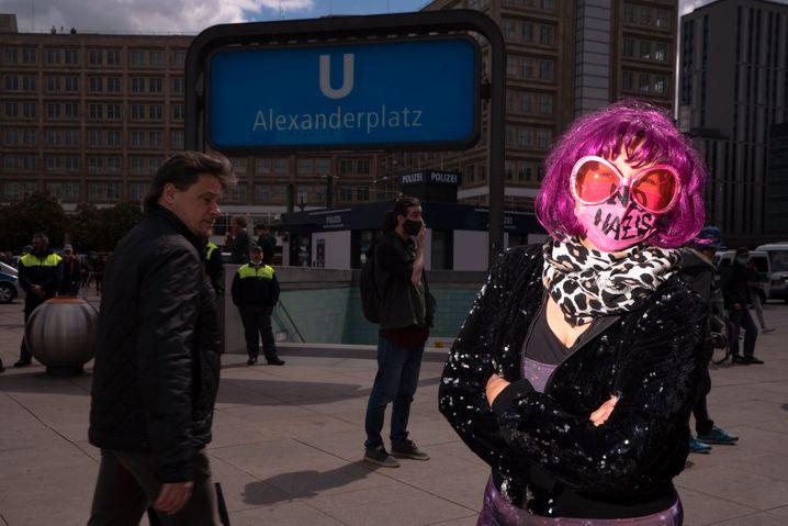 """""""Rosa Rave"""" am Alexanderplatz: Buntes Gegenbild"""