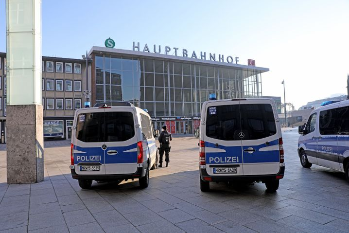 Einsatzfahrzeuge am Kölner Hauptbahnhof