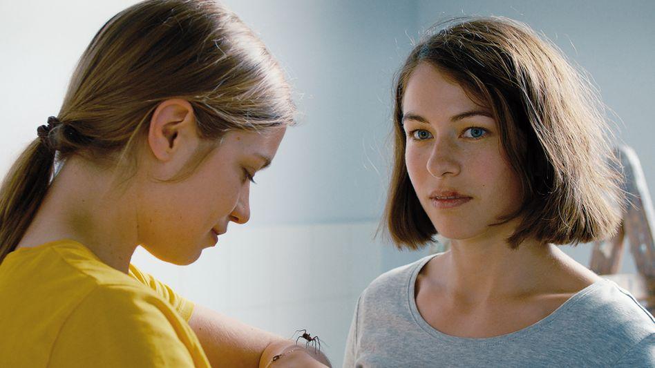 Schauspielerinnen Liliana Amuat, Henriette Confurius in »Das Mädchen und die Spinne«
