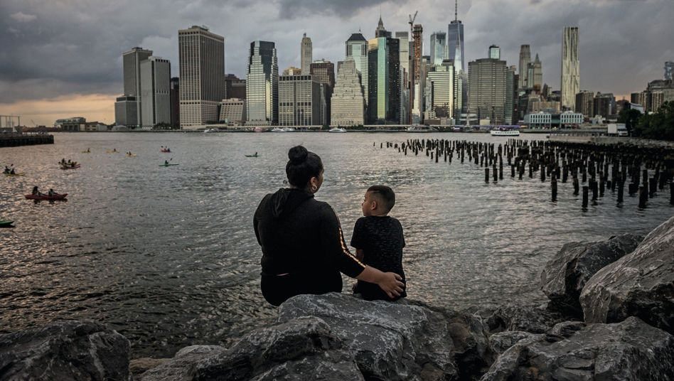 Honduranerin Levis, Sohn Samir vor der Skyline von Manhattan