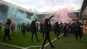 Topspiel zwischen United und Liverpool nach Platzsturm abgesagt