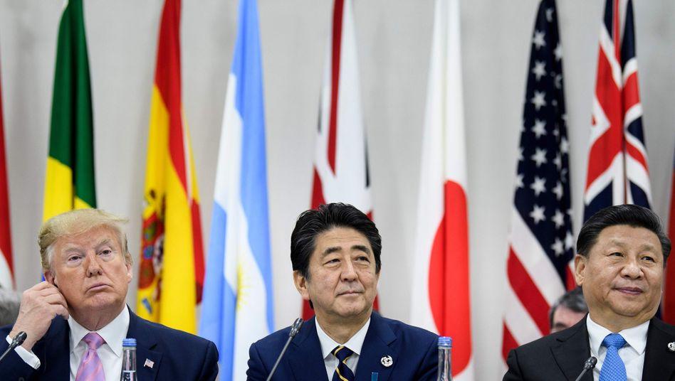 US-Präsident Trump, Japans Premier Abe, Chinas Machthaber Xi (v. l.): Welle des Protektionismus