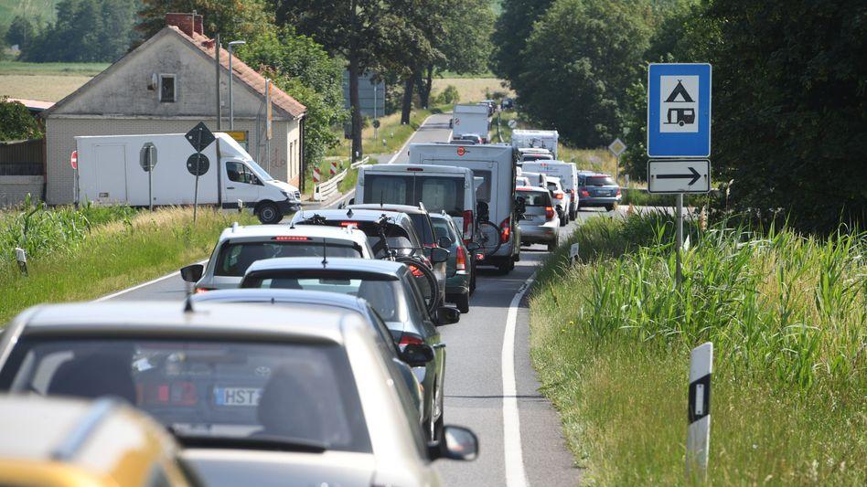 Stau in Mecklenburg-Vorpommern: Dieses Jahr dürften mehr Menschen als sonst mit dem Auto in den Urlaub fahren - eng könnte es in beliebten Naherholungsgebieten werden