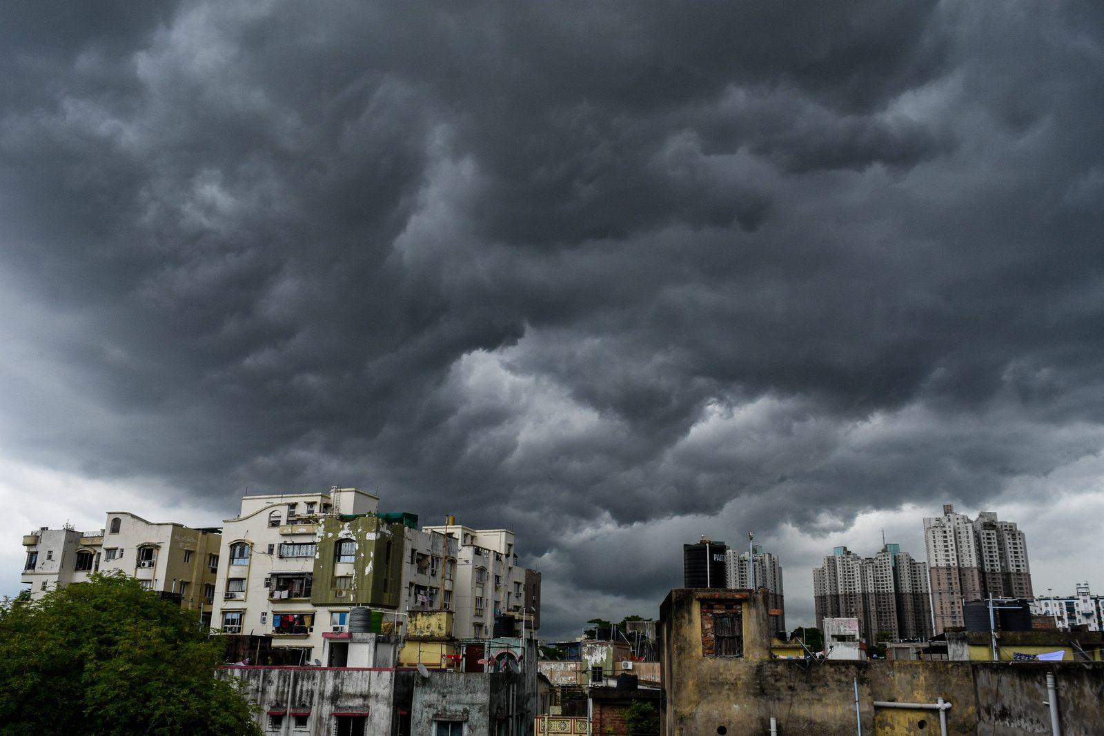 Zyklon Amphan, Ausläufer erreichen Indien May 19, 2020, Kolkata, West Bengal, India: The city of Kolkata got covered wit