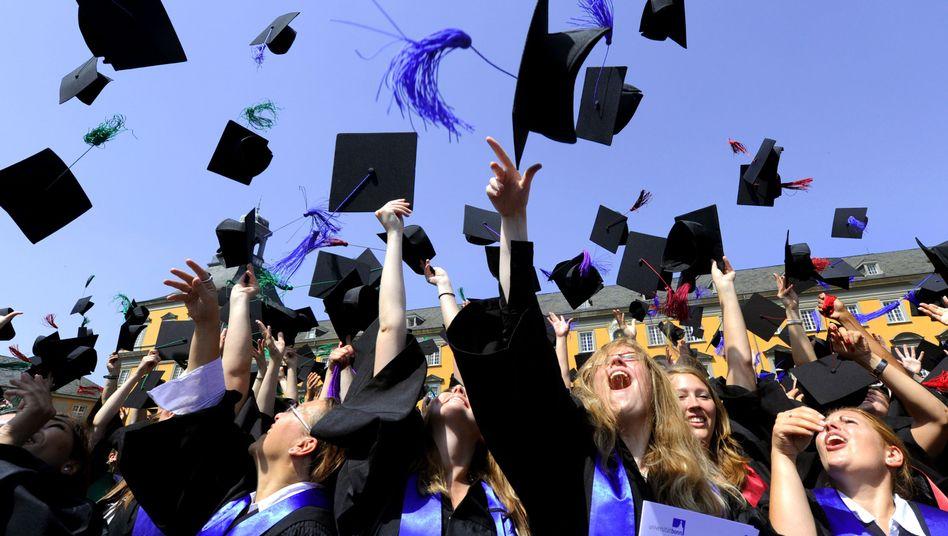 Absolventen in Bonn (Archiv): Abschlüsse wie Staatsexamen, Magister und Diplom werden immer seltener