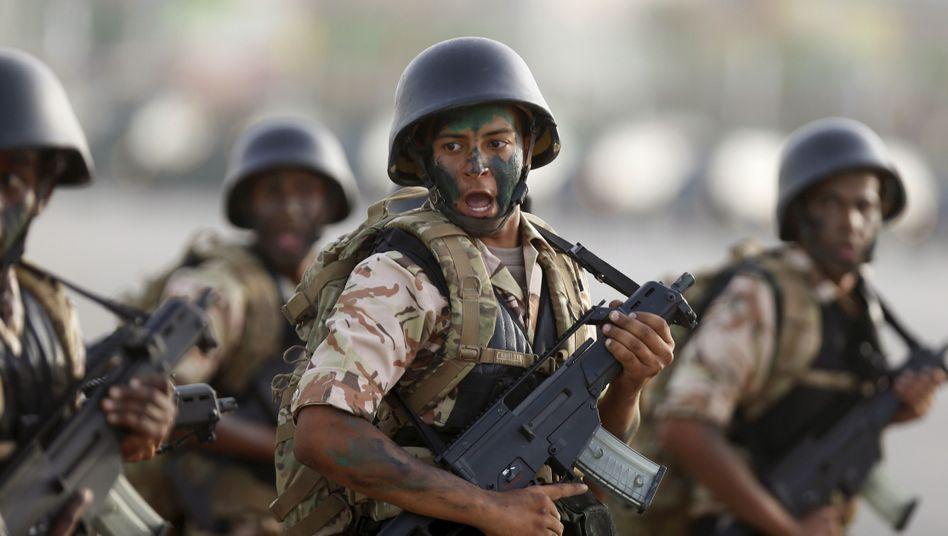 Saudi-arabische Soldaten mit deutschen G36-Gewehren von Heckler & Koch