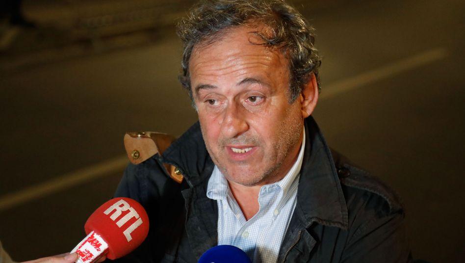 """Michel Platini vor dem Polizeigebäude in Nanterre: """"Das war lang"""""""