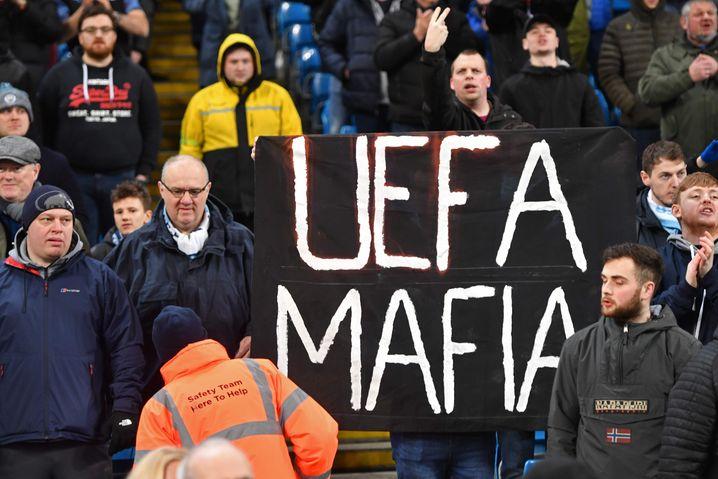 """Die City-Fans brachten Plakate mit der Aufschrift """"Uefa Mafia"""" ins Stadion"""