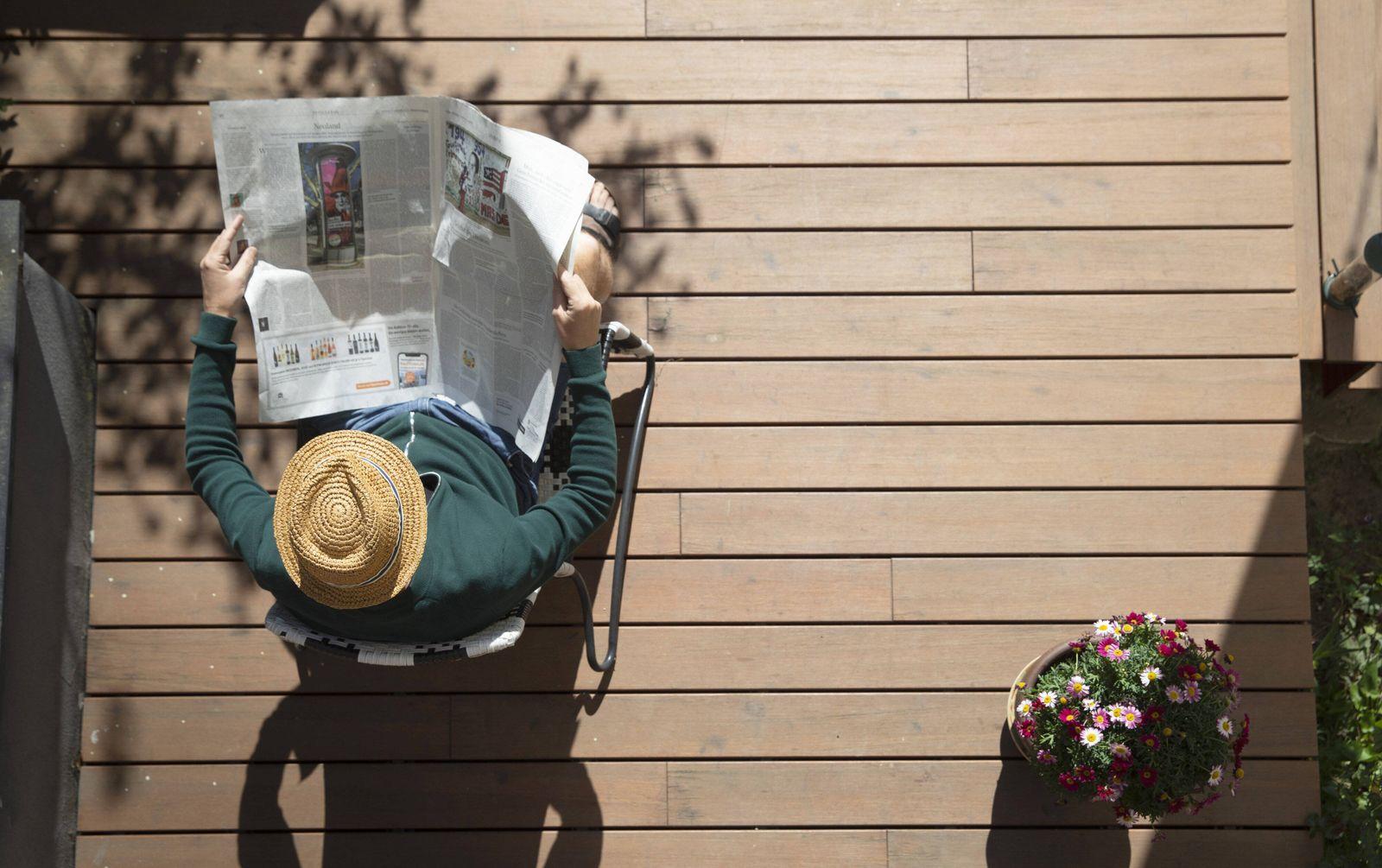 Thema: Mann m it Tageszeitung auf seiner Terasse. Bonn Deutschland *** Topic Man with the daily newspaper on his terrace