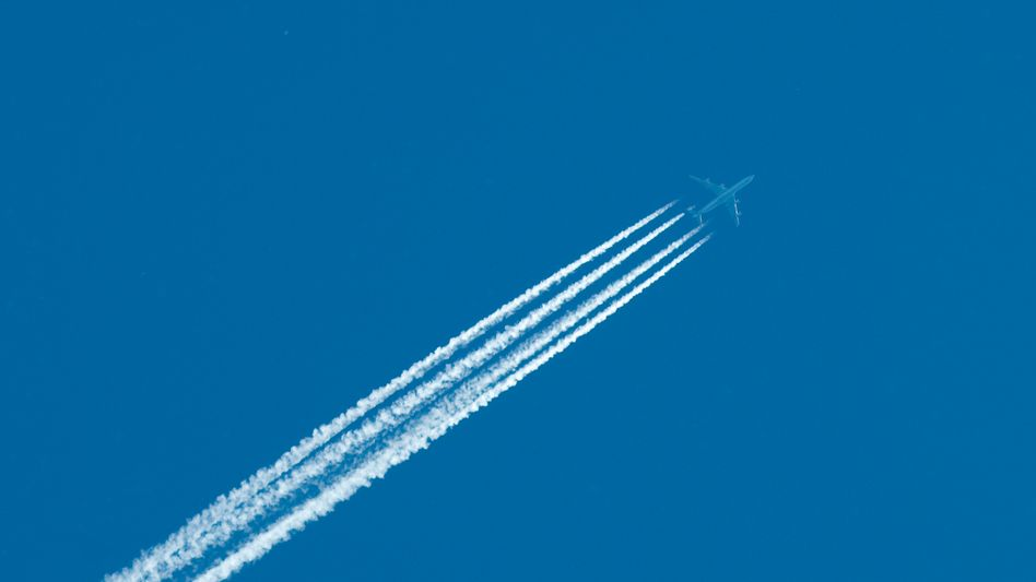 Selten gewordener Anblick: Flugzeug am Himmel