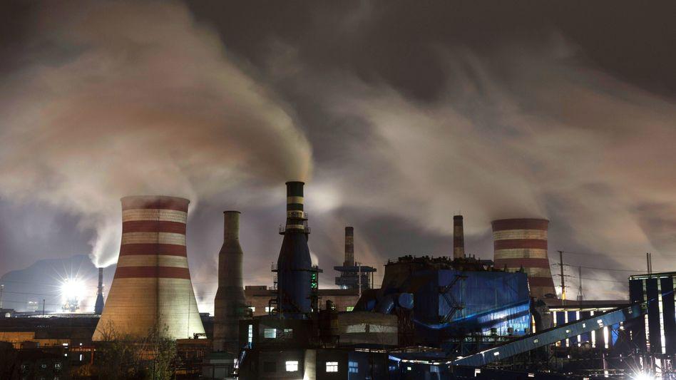 Rauchende Schlote eines Stahlwerks im chinesischen Hebei