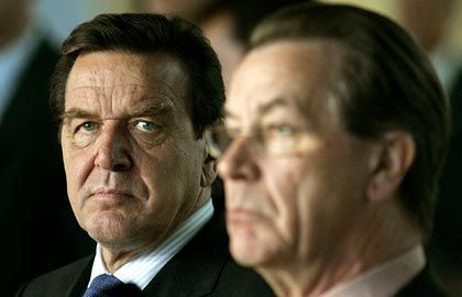 """Schröder und Müntefering (am Mittwoch nach den Sondierungen): Union fürchtet laut """"SZ"""" einen Vizekanzler Schröder"""