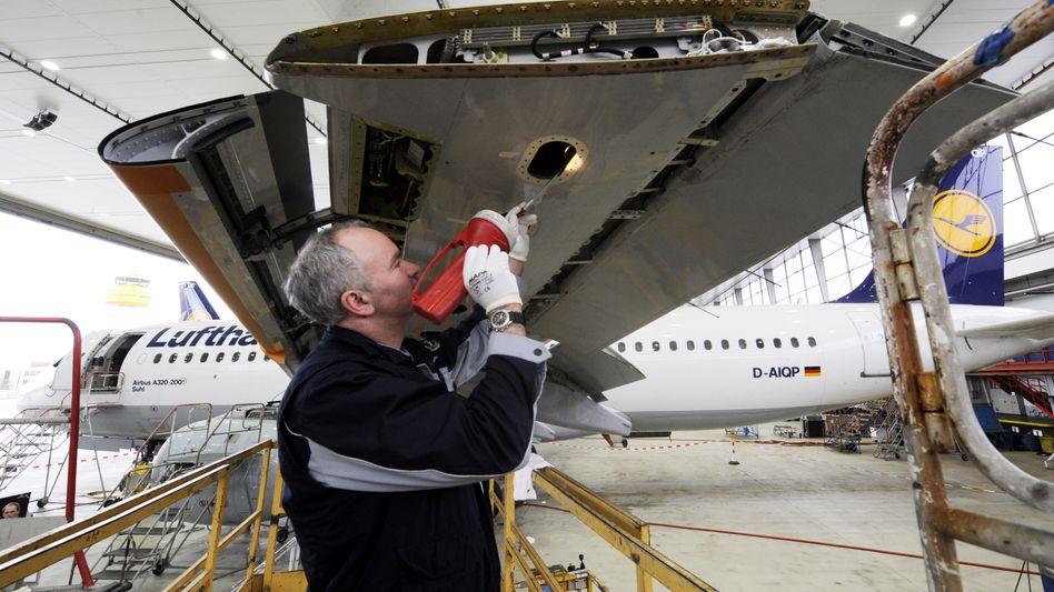 Schrauben für die Sicherheit: Der tägliche Flugzeug-TÜV erfordert hohe Konzentration