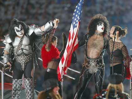 """""""Rock'n'Roll All Nite"""": Paul Stanley von Kiss und Katarina Witt (r.) heizten dem Publikum ordentlich ein. Gene Simmons versucht sich als Tanzpartner von Kristi Yamaguchi"""